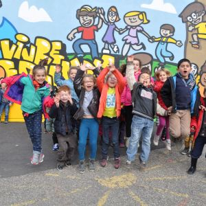 Enfants devaut un graffiti